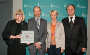 Rector (UiA) Torunn Lauvdal with the plaque from the Research Council which shows that the project Offshore Mechatronics has been awarded SFI status. Here together with Eirik Normann (Research Council), Anne-Grete Ellingsen (GCE NODE) and Faculty Dean Frank Reichert (UiA).
